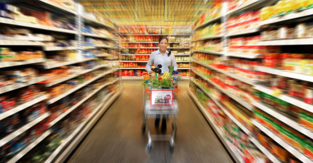 Kvinna-med-shoppingvagn